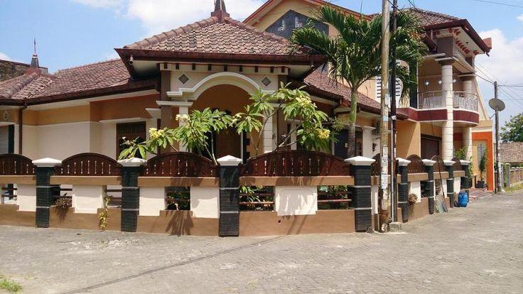 Rumah Exclusive Dijual: Babarsari Yogyakarta. Sertifikat Hak Milik. Luas tanah 300m2. Luas bangunan 400m2. Dua lantai. Mobil leluasa papasan. Kamar tidur 10, kamar mandi 2. Garasi 3 mobil. Luas kamar 2.5x3meter. Harga 2.4M. BUYER SERIUS HUBUNGI: 087718771887 (call/sms).
