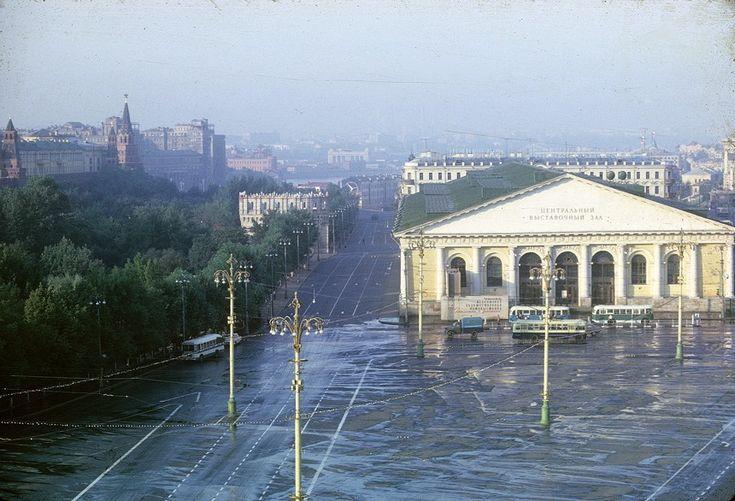 Манежная площадь со зданием Центрального выставочного зала.