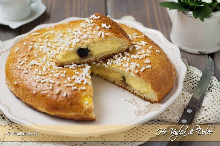 La Polacca aversana è un dolce tradizionale di aversa, morbidi dischi di pasta brioche ripieni di crema pasticcera e amarene. Ricetta facile per colazione.