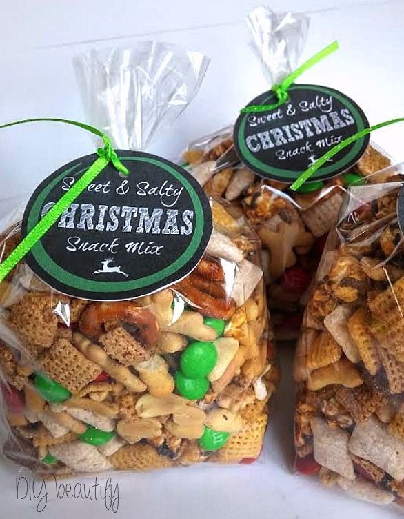 Gift bags of Christmas snack mix with free printable labels at DIY beautify