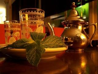 Preparación del té moruno a la hierbabuena http://www.magiaenmarruecos.com/2008/10/te-moruno-hierbabuena.html#
