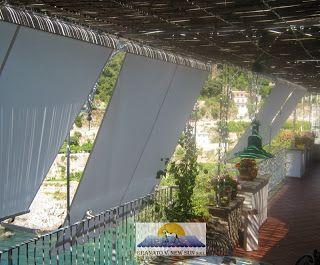 tenda da sole a caduta da balcone con cassonetto di protezione e braccetti, realizzata in acrilico IRISUN