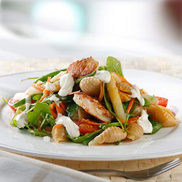 Lite annorlunda pastasallad med fisk. Den goda såsen på fraiche och senap höjer smaken. Ha ruccola till och du får en härlig pastasallad.
