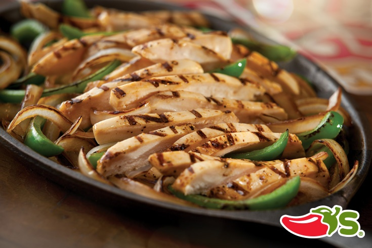 Jugosas tiras de pechuga de pollo marinadas y cocinadas a la parrilla. Servidas con cebollas y chile dulce salteados en nuestra salsa Sizzle.