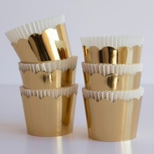 gold scalloped cupcake wrappers to set cooled cupcakes in for a pretty display