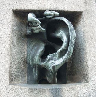 In via Serbelloni 10, vicino all'incrocio tra via Palestro e Corso Venezia c'è casa Sola-Busca, uno dei   gioielli del Liberty milanese, noto come «Ca' de l'orèggia» a causa di un  orecchio in marmo scolpito dall'artista milanese di origine svizzera Adolfo Wildt (1868-1931). Si tratta di un bizzarro citofono (1930, uno dei primi in Italia), ora non più attivo, che funzionava grazie alla trasmissione diretta del suono attraverso un canale interno all'edificio.