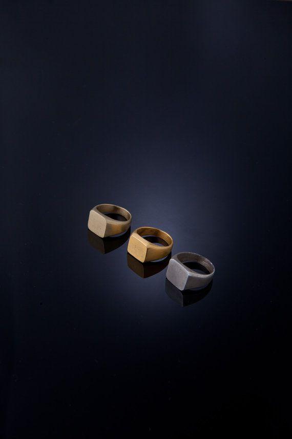 Classico anello di signet unisex, tagli puliti belle signet Ring. Classico e suggestivo quadri dellanello di signet. Anello di fidanzamento  Si può avere in argento massiccio o ottone o una placcatura oro 18k micronico di alta qualità. Se si desidera questo anello in oro 9k, 14k, 18K o 22K; vi prego di contattarmi per priceing e bozzima. Dimensioni: 6. Please selezionare il formato fino a 11 Quadrato di dimensioni 12,5 x 11,5 mm spessore 1,2 mm Anelli in pic sono finitura opaca…
