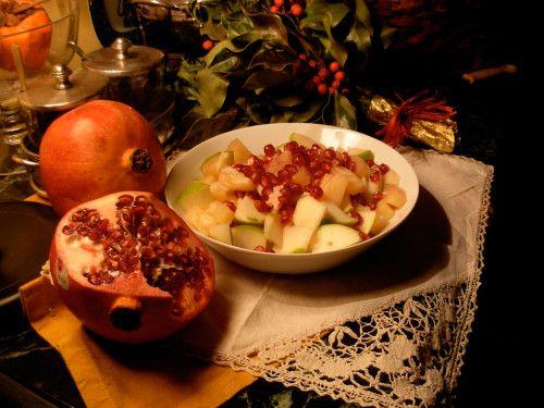 foto C.Sechi Ingredienti: 1 ananas fresco una melagrana una mela verde il succo di un limone Pulisci l'ananas e taglialo a tocchetti, sgrana la melagrana e uniscila all'ananas, taglia la mela a fettine senza togliere la buccia, passala nel succo di limone...