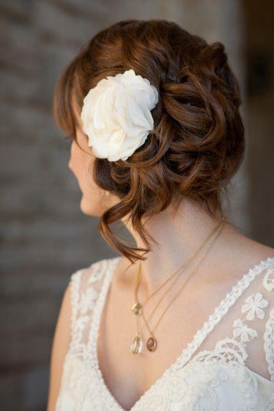 acconciatura sposa raccolta morbida con un bel fiore bianco http://www.matrimonio.it/collezioni/acconciatura/2__cat