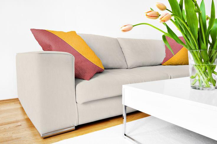 Sofa ubrana w tkaninę z kolekcji COTONE. Kolekcja ta wyróżnia się naturalnym składem i wysoką przepuszczalnością powietrza.