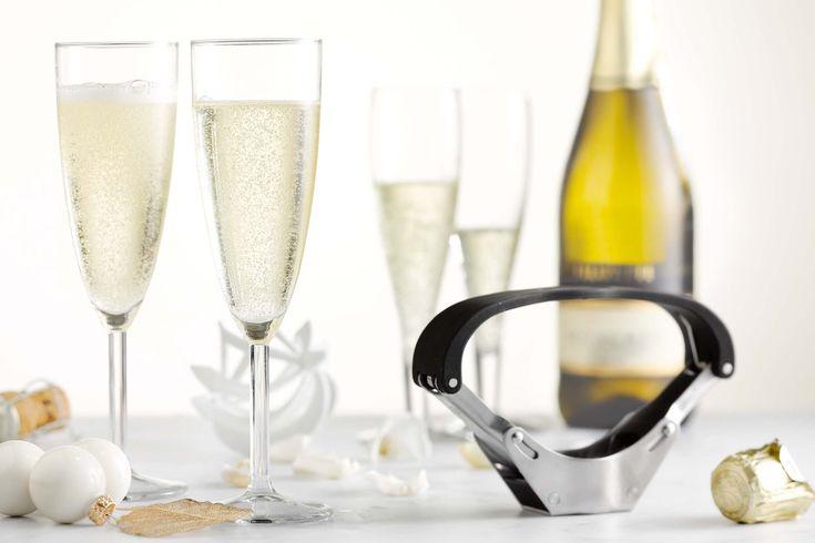 Vrienden en familie rond de tafel, kerstliedjes, Nieuwjaarskussen, gebreide truien van oma, een overvloed aan eten… Het is de feestelijkste tijd van het jaar, en hoe we die ook vieren, een glaasje bubbels hoort daar altijd bij. Maar voor welke bubbels kies je? Wat is nu eigenlijk het verschil tussen een prosecco en een cava? Of ga je toch voor de prijzige champagne? Tijd om je eens goed te informeren!