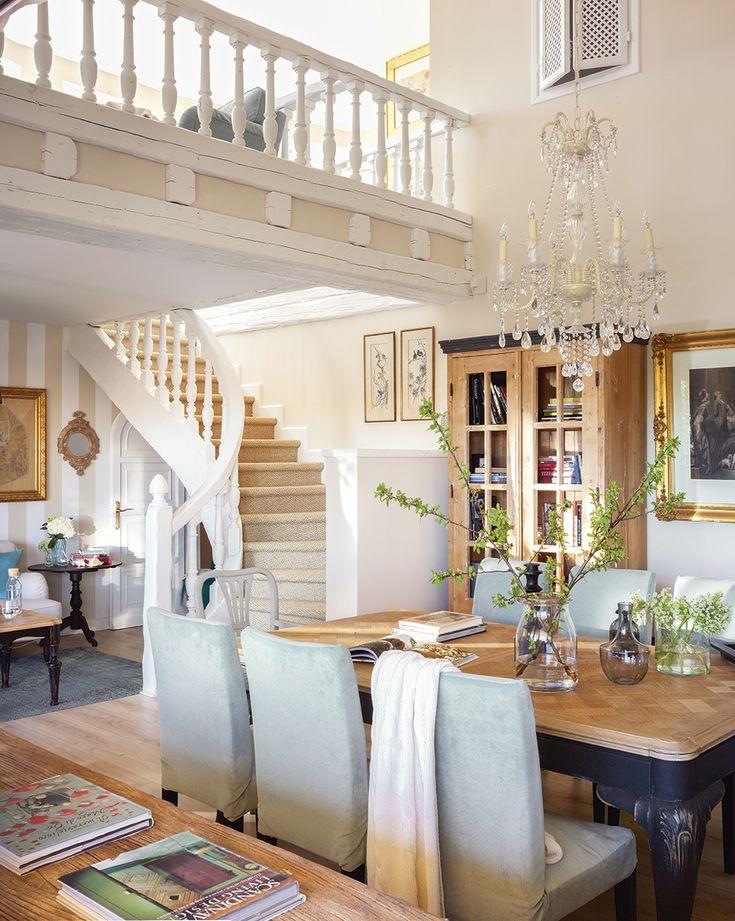 Vista del comedor con la escalera al fondo, que comunica con el altillo