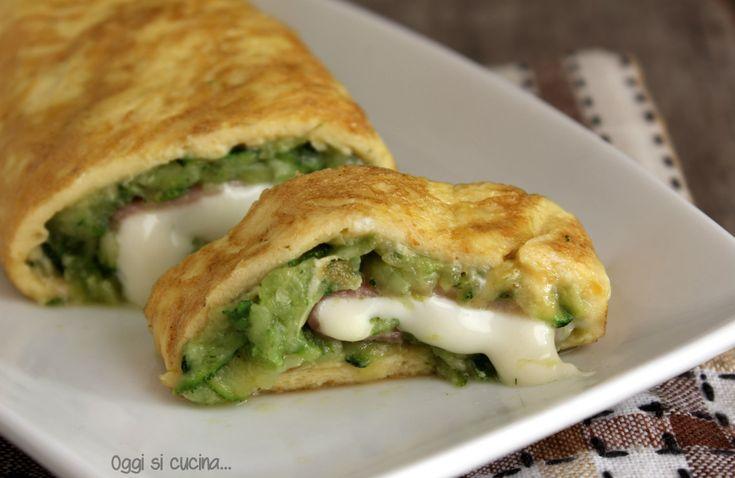 La frittata arrotolata con zucchine e formaggio cremoso è un secondo piatto a base di uova gustoso e semplice da preparare, arricchito con prosciutto cotto.