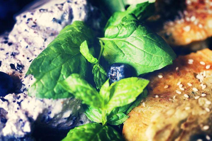Сырники с луком, кунжутом и апельсиновой кожурой готовы, рядом на фото голубиковый мусс