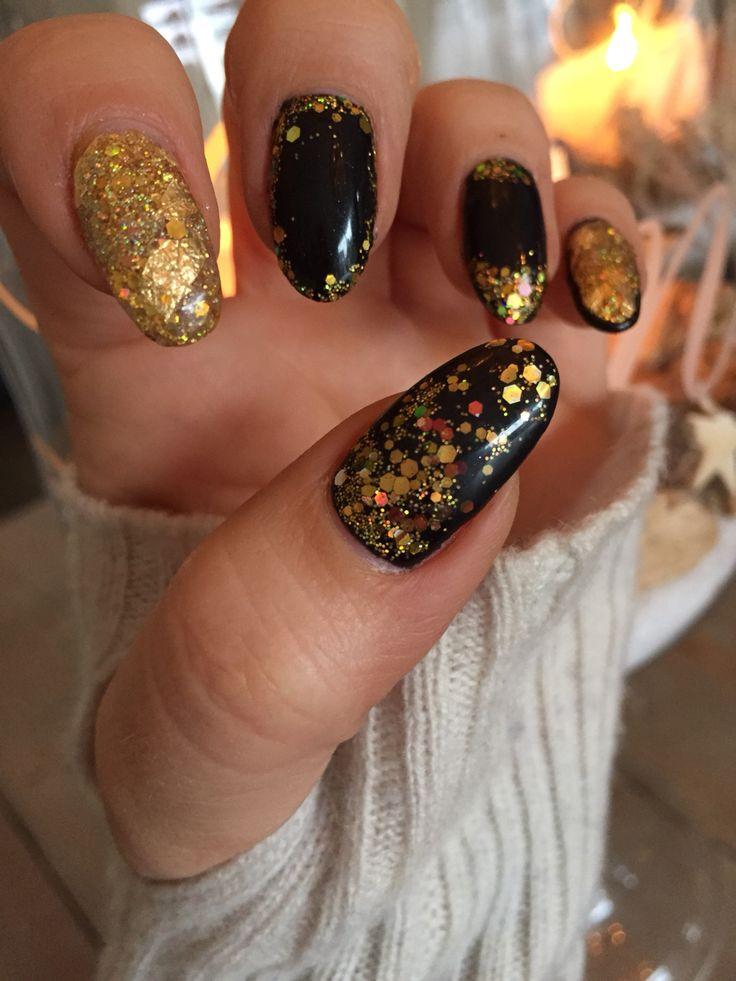 Made by Nail Desire #nails #nailart #black #sparkels #gold #christmas