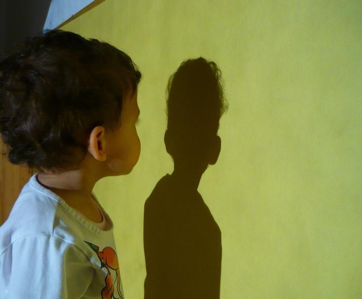 Per què tenim ombra? Aquest mes us proposem experimentar amb les nostres ombres. Teniu curiositat per fer-ho?  | Kitxalla
