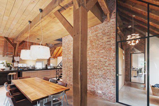 Houten gebinten, schoon metselwerk en stalen binnenkozijnen in gerenoveerde woonboerderij - schipperdouwesarchitectuur