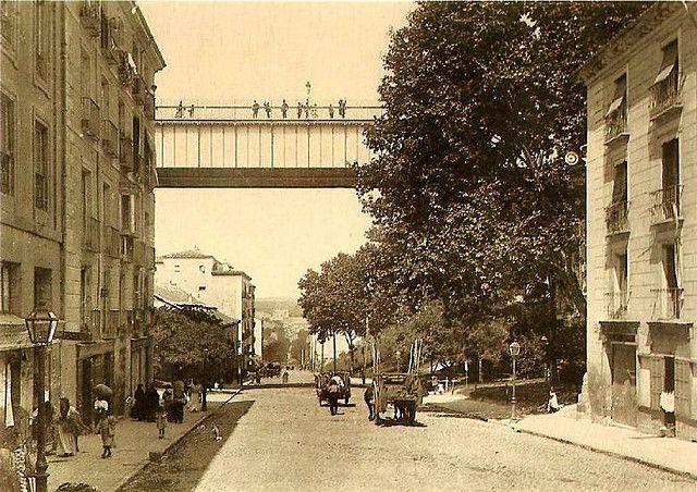 Primer viaducto sobre la Calle de Segovia proyectado por Eugenio Barón en 1859 y construido en 1874. Era de estructura metálica con elementos de piedra en los laterales. Demolido en 1934. Foto c.1900