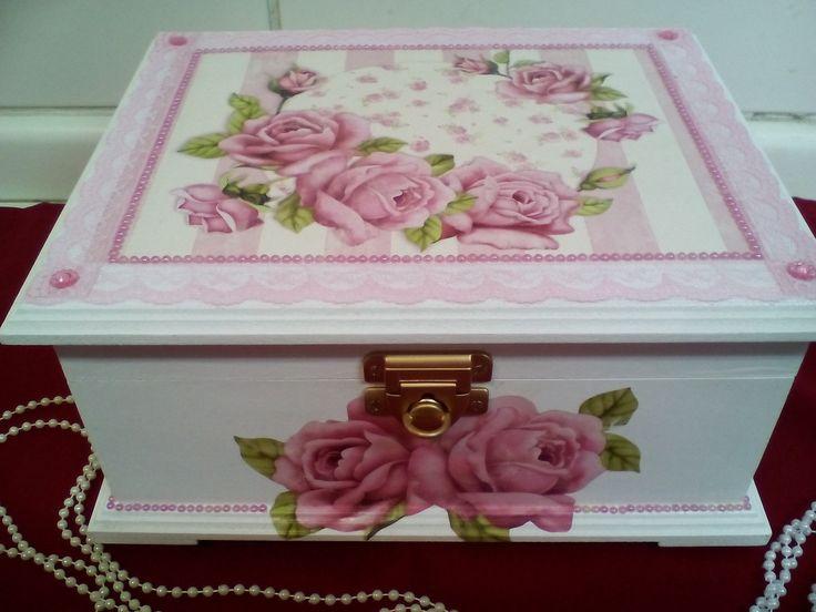 Porta joias/biju estilo baú com decoupagem de flores decorado com rendas e perolas, 6 divisórias, interior flocada