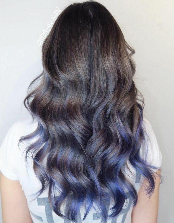 blaue Strähnen bei dunklen Haaren, langes Haar, schöne Locken, auffällige Frisuren für Damen