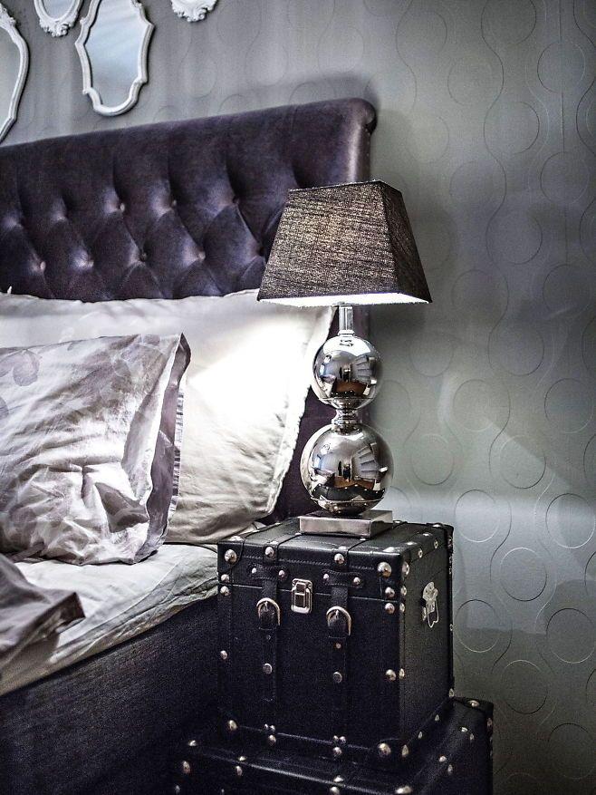 Kofferter fungerer fint som nattbord hos Mads Molvik. Gråtonene gir helhet på rommet. (VG+). Foto: MARTE VIKE ARNESEN