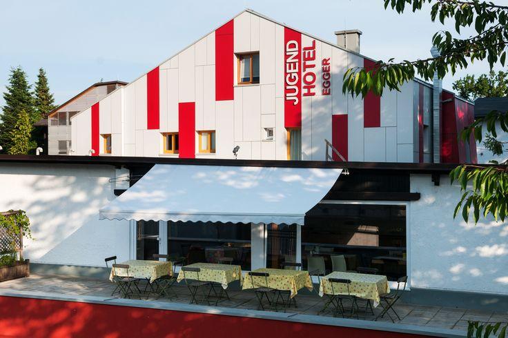 Neue Fassade, Fenstergalerie, Jugendhotel, Kakao & Kuchen im Freien