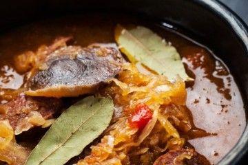 Kapustnica je tradičná slovenská polievka z kyslej kapusty a množstva ingrediencií
