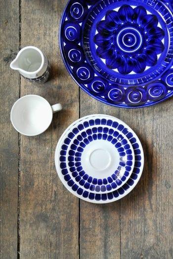 赤やオレンジなどの暖色系の色も素敵ですが、ブルーを使った爽やかな食器も素敵ですよ。 木のテーブルによく合う美しさです。