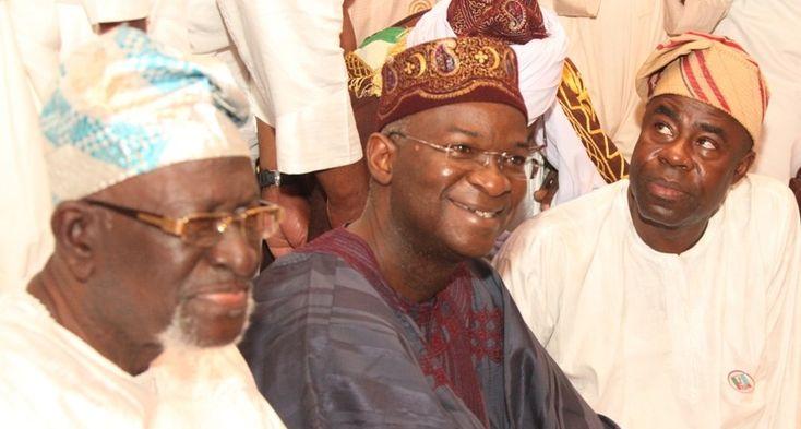 Fashola at Eid prayers wishes Muslims, Nigerians peace - http://theeagleonline.com.ng/fashola-at-eid-prayers-wishes-muslims-nigerians-peace/