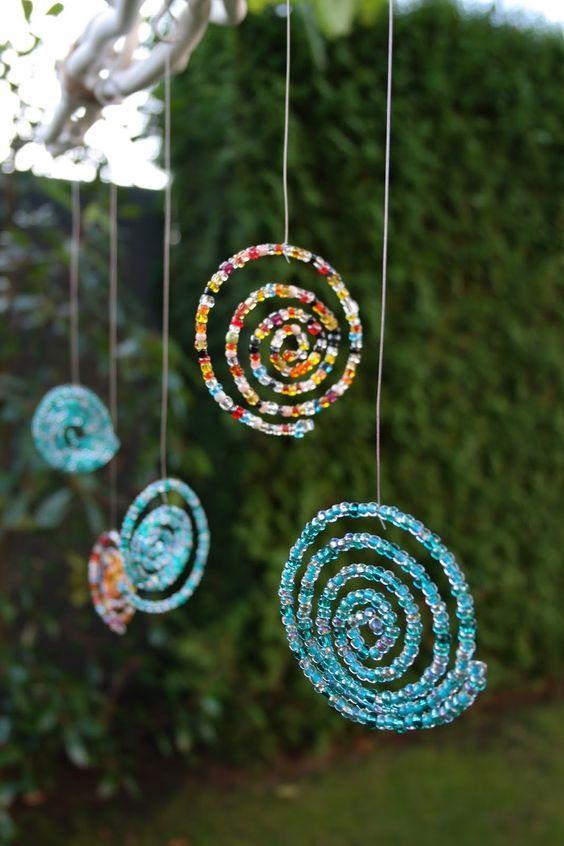 Je komt een heel eind met kralen, staaldraad en een touwtje.. Je kunt bijvoorbeeld deze mooie hangers maken en alvast de zomer in huis halen!