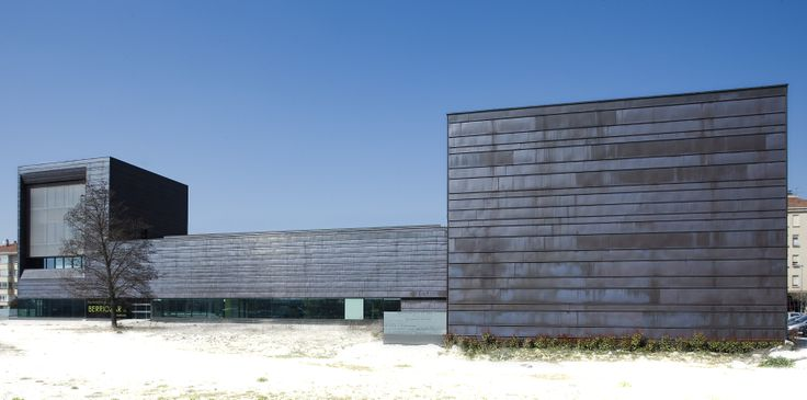 Un edificio multifunzionale rivestito da rame preossidato e naturale: è il nuovo Municipio, Centro culturale, uffici della polizia municipale a Berriozar, in Spagna.  Progetto: Garcia Rodriguez Alcoba OA SLP. Finalista 2011