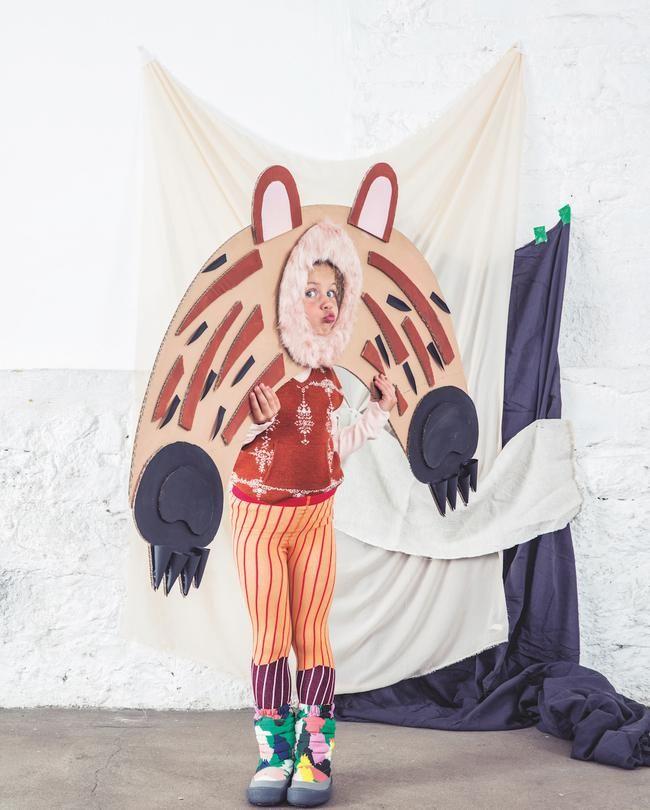 Série de mode: Animals Photo: Karel BalasStyle: Mélanie HoepffnerSet design: Lucille Michieli A gauche, Pull Tuchinda. Leggings Tiny Cottons. Après-ski, Stella McCartney Kids Shop the look on smallable.com :)