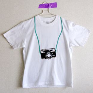 自分カメラTシャツ 男子&女子カメラの紐の色をお好みのお色で制作致します。1.黒2.赤3.水色の中から紐の色を選んで下さい。背中にトンボが飛んでいます!!すべ... ハンドメイド、手作り、手仕事品の通販・販売・購入ならCreema。