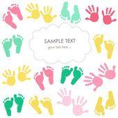 Tarjeta de felicitación de bebé colorida huella y manos niños — Vector de stock #78821308