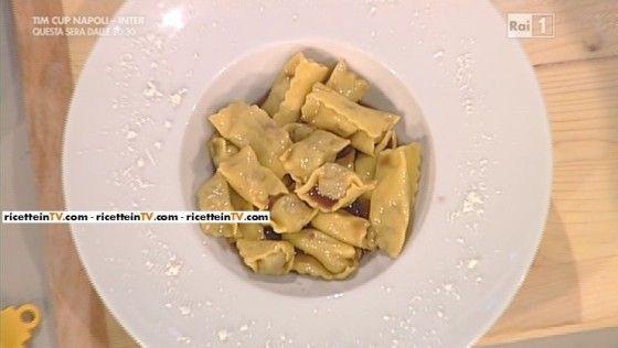 Per il ripieno: 500 g di arrosto di vitello piemontese, 1 carota, 1 gambo di sedano, 1 cipolla bionda, 1 spicchio di aglio, 375 ml di Barolo, 1 foglia di alloro, 1 foglia di salvia, sale, chiodi di garofano, bacche di ginepro, olio evo  Per il brasato (ripieno): 300 g di brasato (dalla cottura precedente), 1 uovo, 100 g di grana padano