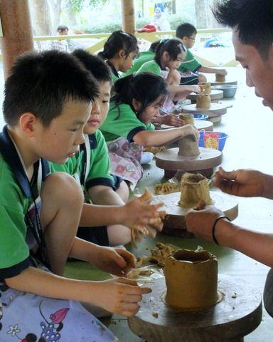 Membuat keramik sebagai kegiatan kreatif luar sekolah. Bermain sambil membangun kreatifitas dan imajinasi.   info@citraalam.com