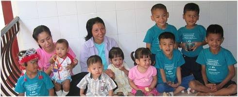 El SIDA ha devastado la vida de millones de niños en todo el planeta. La enfermedad no discrimina entre familias, escuelas, hospitales o comunidades enteras. Las tasas de mortalidad han aumentado considerablemente y actualmente mas de 3.000.000 de niños padecen la enfermedad. En este articulo informamos sobre como prevenir el contagio, como se puede proteger a los bebes y que atenciones deben tener los niños que tienen el VIH.