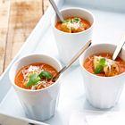 Een heerlijk recept: Geurige tomatensoep met bleekselderij en verse kruiden