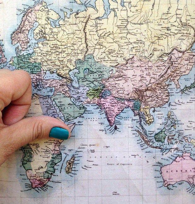 As estampas de mapas geográficos estão super em alta na decoração. Aprenda a fazer um DIY de uma letra caixa revestida com o padrão de um Atlas/mapa.