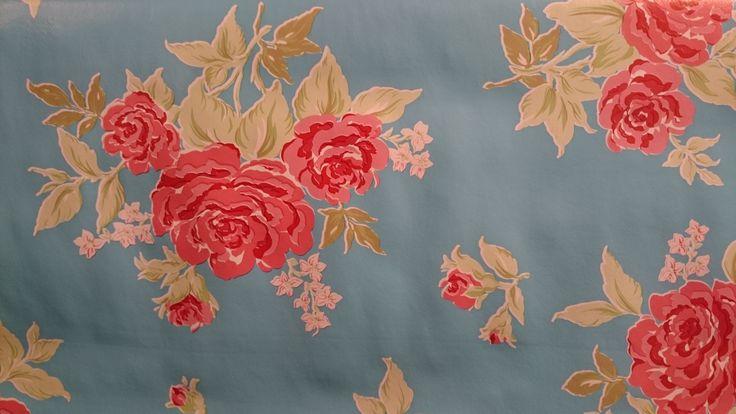 Tafelzeil heerlijk kitsch rozen op blauwe achtergrond | Via Cannella kookwinkel | www.viacannella.nl