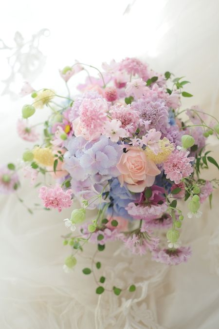 横浜のホテルニューグランド様へのブーケ、淡い色で小花やグリーンのつるをふわりと束ねる「ザ・一会風」。と名付けてるブーケの形です。ザとかいうな。いわば自分の...