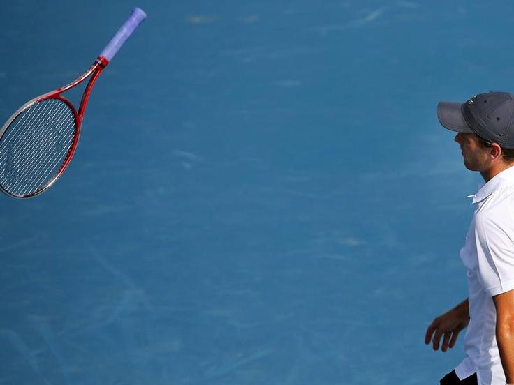 Tobias Kamke wirft nach seiner Niederlage gegen den Tschechen Tomas Berdych beim Turnier in Dubai den Schläger von sich. (Foto: Ali Haider/dpa)