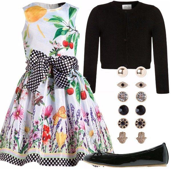 Outfit per bambine tra i 9 e 12 anni, adatto ad una cerimonia. Vestito bianco con disegni e fiocco nero a pois, ballerine nere, cardigan nero, orecchini vari.