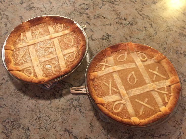 Tarte au sucre tic-tac-toe (recette familiale!)  3 tasses de cassonade dorée; 1 boîte de lait évaporé régulier (354ml): 2-3 cuillères à soupe de fécule de maïs.   Séparer le mélange en 2 dans deux pâtes à tarte (maison ou du commerce au goût!).  Mettre au four à 350 degré Celcius. Retirer dès que le mélange fait des bulles.  Laisser refroidir et servir!
