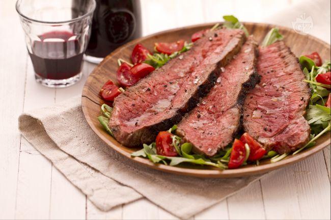 La tagliata è un secondo piatto preparato arrostendo un taglio di carne (controfiletto o entrecote di manzo) che al suo interno dovrà restare roseo e successivamente verrà tagliato a listarelle.