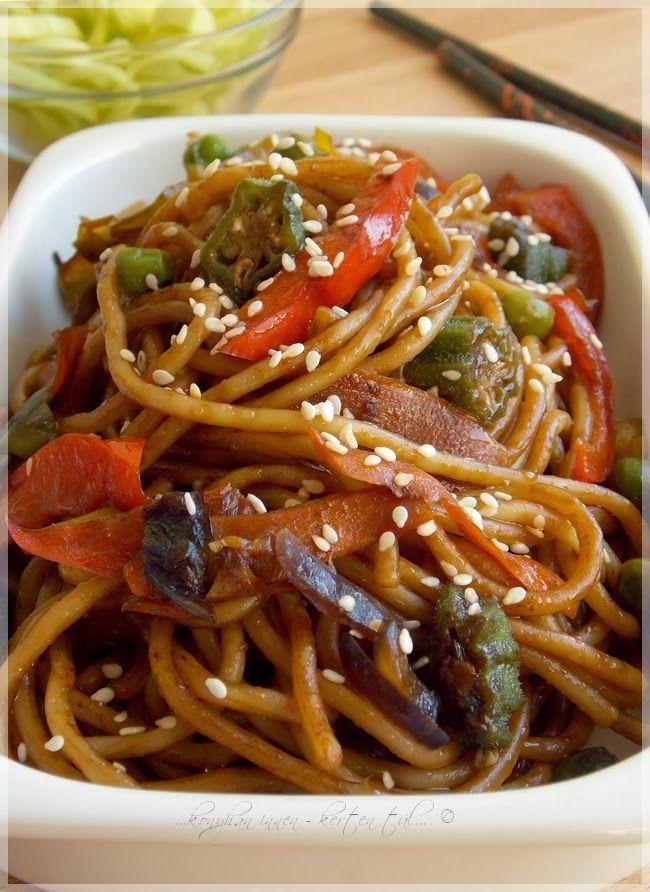 Az egyik kedvenc távol-keleti ihletésű köretünk. :) Ha jól megpakoljuk zöldségekkel, akár főételként is megállja a helyét. Tehetü...