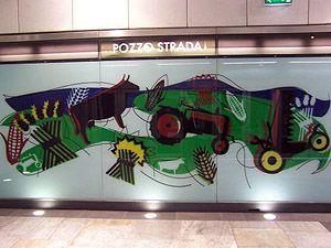 Vetrofania presente alla stazione della metropolitana Pozzo Strada di Torino, firmata da Ugo Nespolo per GTT.
