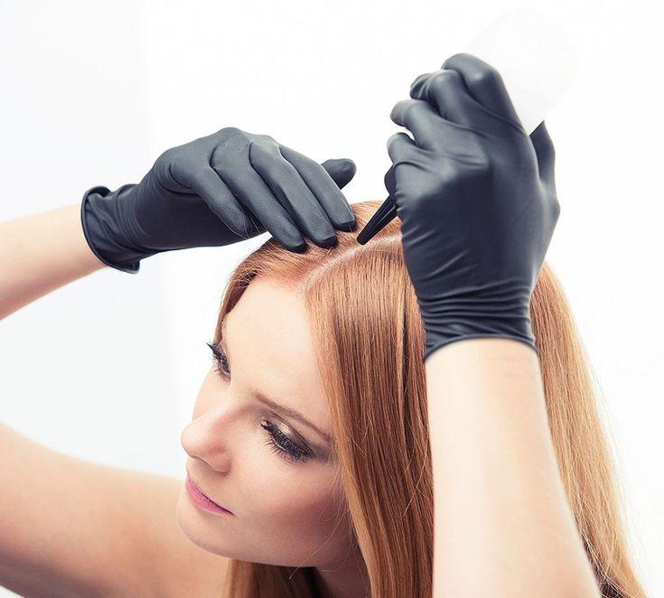 Teñirse el pelo en casa es un asunto complicado, pues a veces las cosas no nos salen como queremos y podemos dañarnos más el cabello, sin embargo, es una opción más amigable para nuestro bolsillo.    Aunque