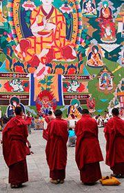 ブータン・プナカの祭りに参加する若き僧侶たち。ブータン 旅行・観光のおすすめスポット!