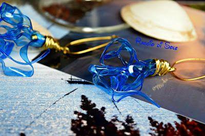 Orecchini in plastica dal colore del mare, lunghi circa 6 cm. Monachelle e decoro sono in filo di metallo dorato.  #riciclo #plastica #orecchini #thecreativefactory #handmadesummernights